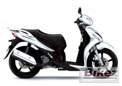Японская компания Suzuki представила новый скутер на больших колесах Suzuki 125cc Sixteen.  Дисковые тормоза.